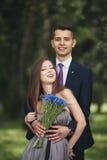 Giovani coppie belle che posano all'aperto dopo la cerimonia Immagine Stock Libera da Diritti