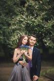 Giovani coppie belle che posano all'aperto dopo la cerimonia Fotografia Stock