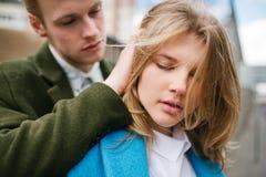Giovani coppie bionde insieme sulla via della città fotografia stock libera da diritti