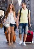 Giovani coppie in breve che camminano attraverso la città Immagini Stock Libere da Diritti