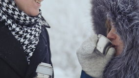 giovani coppie care che si riscaldano nel parco di inverno archivi video