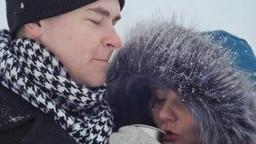 giovani coppie care che si riscaldano nel parco di inverno stock footage