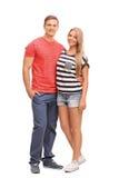Giovani coppie casuali che abbracciano e che posano fotografia stock libera da diritti