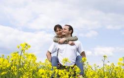 Giovani coppie casuali che hanno divertimento Fotografia Stock