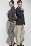 Giovani coppie casuali che posano di nuovo alla parte posteriore Fotografia Stock