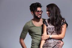 Giovani coppie casuali che sorridono l'un l'altro Fotografie Stock Libere da Diritti