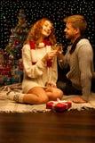 Giovani coppie casuali sorridenti felici con i bicchieri di vino Fotografia Stock Libera da Diritti