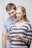 Giovani coppie caucasiche che esaminano test di gravidanza Immagine Stock