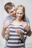 Giovani coppie caucasiche che esaminano test di gravidanza Immagini Stock Libere da Diritti