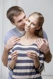 Giovani coppie caucasiche che esaminano test di gravidanza Fotografia Stock Libera da Diritti