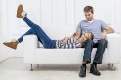Giovani coppie caucasiche che si siedono sullo strato immagine stock libera da diritti