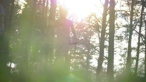 Giovani coppie caucasiche divertendosi godendo del riciclaggio nella foresta video d archivio