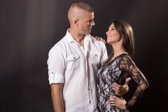 Giovani coppie che abbracciano 20 anni del ragazzo della ragazza dell'uomo della donna che posa blac Immagine Stock Libera da Diritti