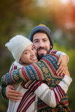 Giovani coppie che abbracciano in autunno immagini stock libere da diritti
