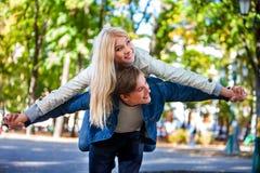 Giovani coppie che abbracciano e che flirtano nel parco Fotografia Stock Libera da Diritti