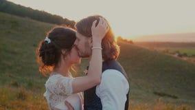 Giovani coppie che abbracciano e che si girano al tramonto video d archivio
