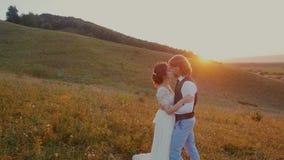 Giovani coppie che abbracciano e che si girano al tramonto archivi video