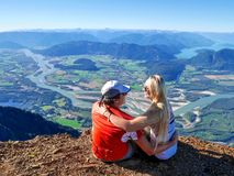 Giovani coppie che abbracciano sulla scogliera con una bella vista Immagine Stock Libera da Diritti