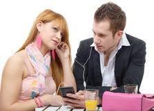Giovani coppie che ascoltano insieme la musica Fotografie Stock