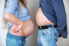Giovani coppie che attendono l'arrivo del bambino Immagini Stock Libere da Diritti