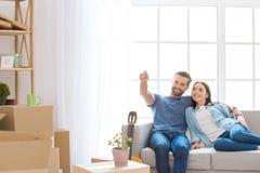 Giovani coppie che avvicinano verso una nuova rilocazione dell'appartamento immagini stock libere da diritti