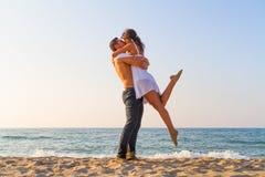 Giovani coppie che baciano alla spiaggia Fotografie Stock