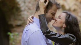 Giovani coppie che baciano sulla natura stock footage