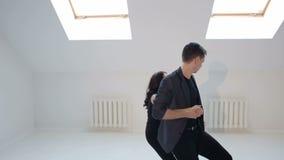 Giovani coppie che ballano la salsa al corridoio di ballo video d archivio