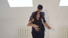 Giovani coppie che ballano la salsa al corridoio di ballo archivi video