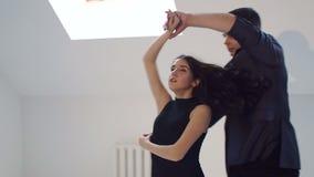 Giovani coppie che ballano la salsa al corridoio di ballo stock footage