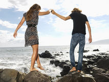 Giovani coppie che camminano alla spiaggia Fotografia Stock Libera da Diritti