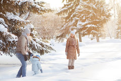 Giovani coppie che camminano con un bambino Fotografia Stock