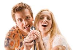 Giovani coppie che cantano Immagine Stock Libera da Diritti
