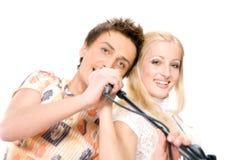 Giovani coppie che cantano, isolato su priorità bassa bianca Fotografia Stock Libera da Diritti