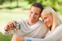Giovani coppie che catturano loro una foto Fotografie Stock Libere da Diritti