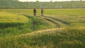 Giovani coppie che ciclano insieme nella campagna archivi video