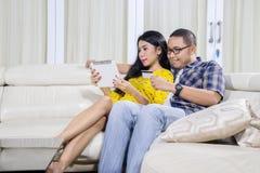 Giovani coppie che comperano online a casa immagine stock