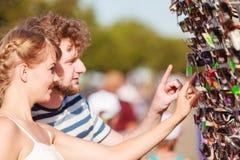 Giovani coppie che comprano i nuovi occhiali da sole all'aperto Immagini Stock