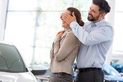 Giovani coppie che comprano un'automobile Fotografia Stock