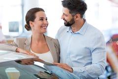 Giovani coppie che comprano un'automobile Fotografie Stock