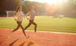 Giovani coppie che corrono di mattina su una pedana mobile Salute e forma fisica Fotografia Stock