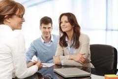 Giovani coppie che discutono piano finanziario con il consultat Immagini Stock