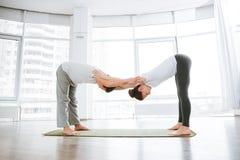 Giovani coppie che fanno allenamento di flessibilità Fotografia Stock Libera da Diritti