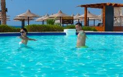 Giovani coppie che fanno forma fisica dell'acqua nella piscina Fotografia Stock