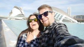 Giovani coppie che fanno la foto del selfie a Valencia, Spagna Concetto di vacanza e di viaggio stock footage