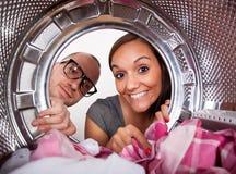 Giovani coppie che fanno lavanderia Fotografia Stock Libera da Diritti