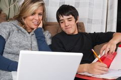 Giovani coppie che fanno schoolwork Fotografia Stock Libera da Diritti
