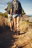 Giovani coppie che fanno un'escursione insieme nella campagna Fotografia Stock Libera da Diritti