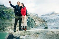 Giovani coppie che fanno un'escursione nelle alpi svizzere Fotografia Stock