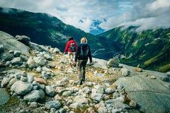 Giovani coppie che fanno un'escursione nelle alpi svizzere Immagine Stock Libera da Diritti